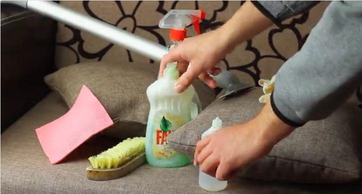 Làm sạch ghế sofa chỉ với đồ dùng có sẵn trong nhà