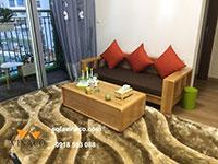 Bộ đệm ghế gỗ màu nâu và gối cam tại Đông Anh, Hà Nội