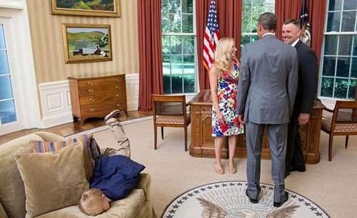 Cậu bé thích thú trên ghế sofa trong nhà Tổng thống Obama.