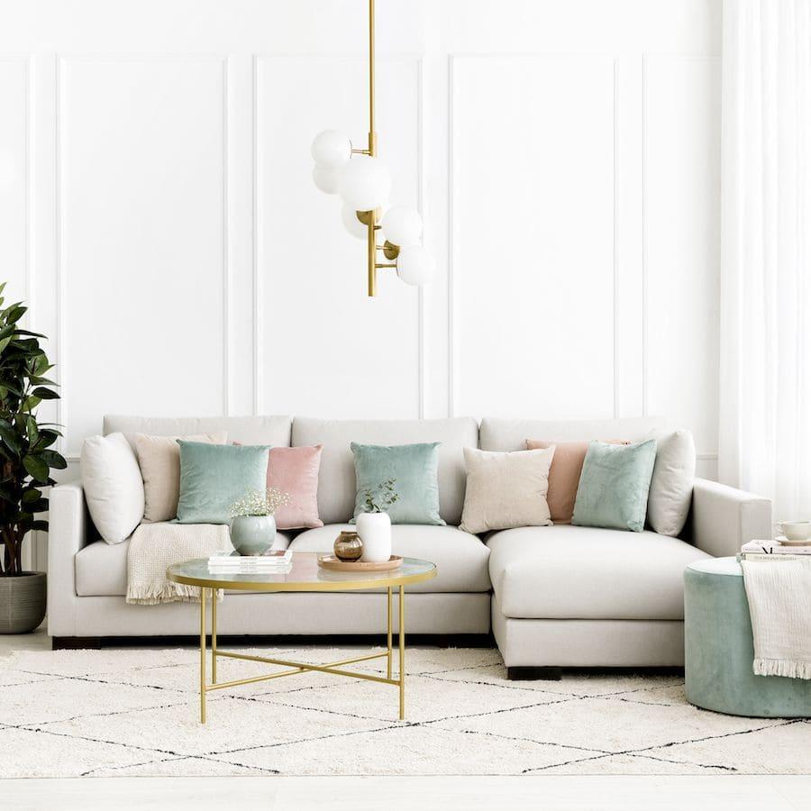Sự kết hợp giữa sofa và các vật dụng khác giúp phòng khách thêm nổi bật